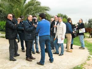 AltaMarea e gli allevatori intervistati dalle tv locali presso La masseria contaminata a Taranto per la diossina