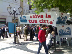Taranto, domenica 18 aprile 2010, raccolta di firme per sostenere la proposta di legge per l'indennizzo degli allevatori danneggiati dalla diossina