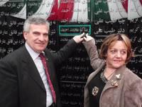 Il sindaco di Mazzarino Vincenzo D'Asaro e Susanna Agostini indicano il nome di Ali