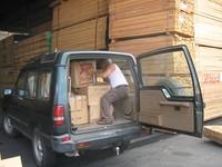 Il materiale per la scuola infermieri viene caricato sul Land Rover che è stato regalato da una famiglia romana a Chiara Castellani