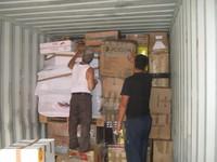 Viene stivato il materiale sanitario nel container