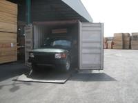 Anche il Land Rover viene portato nel container