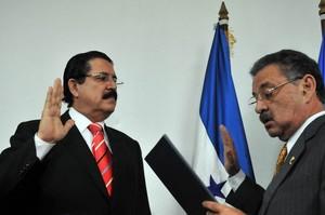 Manuel Zelaya giura davanti al presidente del Parlacen Jacinto Suárez