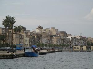 Taranto. L'isola della Città vecchia vista dal Mar Piccolo