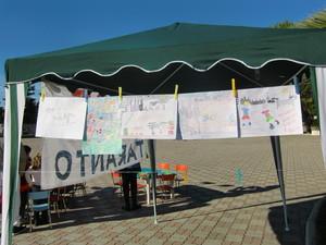 """durante la raccolta firme organizzata dal Comitato Donne per Taranto, abbiamo lasciato che anche i bambini potessero metter la """"loro"""" firme: e quale modo migliore se non fargli fare un bel disegno"""