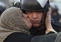 Sangue e paura nelle strade del Cairo mentre gli uomini di Mubarak reprimono le proteste