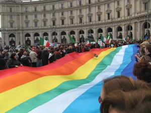 Partenza da Piazza della Repubblica con la bandiera della Pace (vedi anche le altre foto, in Piazza Del Popolo).