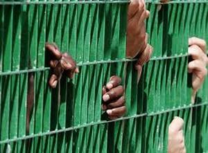 migranti in un centro di identificazione e espulsione
