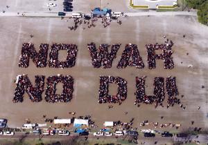 La fotografia aerea scattata da Toyoda Naomi per dire no alla guerra e all'uso dell'uranio impoverito (DU). Pubblicata anche dal New York Times.