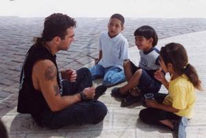 Vittorio Arrigoni era questa persona. A noi piace ricordarlo così.