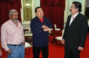 Juan Barahona, Hugo Chávez e Manuel Zelaya a Caracas (Foto FNRP)