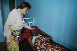 La dottoressa Chiara Castellani nell'ospedale di Kimbau