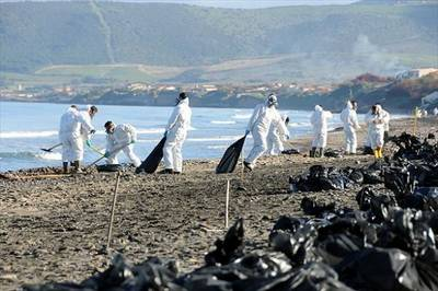Gennaio 2011, Porto Torres (Sardegna): in pochi giorni due pesanti sversamenti nel mare di petrolio e di acque contaminate