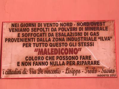 Questa targa è stata affissa nell'agosto 2001 nel quartiere Tamburi di Taranto. A poca distanza sorge l'acciarieria Ilva.