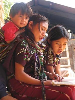 Deboli che resistono ai più forti nel mondo. Guatemala: ragazzi di Nebaj, nella regione del Quiché di lingua Ixil. Per le comunità Maja non è facile far rispettare i loro diritti costituzionali sul territorio, ignorati dal governo e dall'impresa ENEL, costruttrice dal 2009 della centrale di Palo Viejo