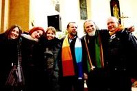 Padre Giorgio, Moni Ovadia, don Giuliano con alcuni amici