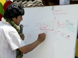 Evo Morales discute la tanto contestata strada