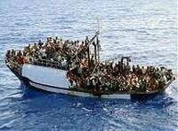 Scialuppa di immigranti nel Mediterraneo