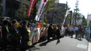 proteste dei cittadini davanti al ministero dell'economia e dell'industria