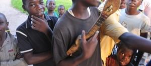 Chitarre costruite in legno e materiali presi dai rifiuti