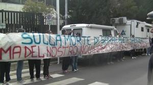 """Manifestazione pacifica davanti al Tribunale di Taranto dei ragazzi di """"Ammazza che piazza"""""""
