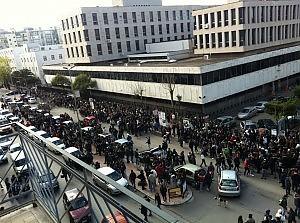 In centinaia davanti al Tribunale di Taranto