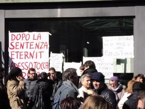 Taranto, 17 febbraio. Cittadini davanti al Tribunale (foto Legamijonici)