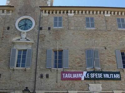 Il palazzo comunale di Senigallia (AN) e lo striscione per ridurre le spese militari