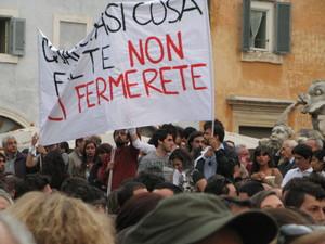 Tre bombole di gas collegate da fili elettrici,all'ingresso della scuola che porta il nome del giudice Francesca Morvillo Falcone, a Brindisi, uccidono una ragazza e feriscono gravemente altre otto studentesse