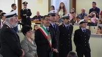 Vengono consegnati gli attestati di merito nella Protezione civile agli agenti di polizia municipale Marta Benni, Luigi Rossi e Francesco Ferri