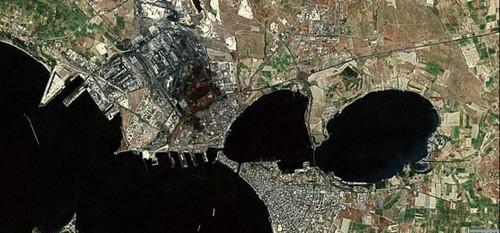 La città e l'area industriale, in cui è stata praticamente inglobata