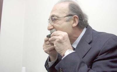 Il sindaco di Taranto Ippazio Stefano mangia cozze crude del primo seno del Mar Piccolo, che successivamente sara' chiuso alla coltivazione per analisi che confermano lo sforamento dei limiti di legge della diossina contenuta nei mitili.