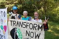 La suora pacifista Magan Rice (al centro)