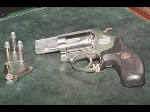 """Bush non trova la """"pistola fumante"""" irachena ma emerge negli Usa lo scandalo della """"pistola fumante"""" del presidente della Smith & Wesson."""