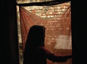 Una dodicenne violentata probabilmente da tre uomini. La polizia non le ha creduto e picchiato il padre.
