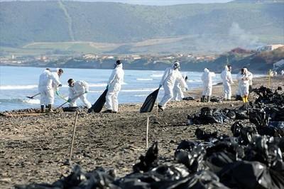 Porto Torres (Sardegna). Ennesimo sversamento di petrolio (gennaio 2011)