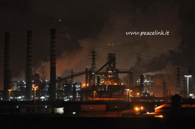 foto notturna dell'acciaieria2 dell'Ilva di Taranto scattata il 24 febbraio 2013
