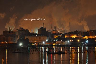 foto notturna dello stabilimento Ilva di Taranto scattata il 22.2.13