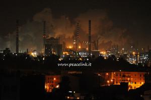 foto notturna dello stabilimento Ilva di Taranto scattata dal quartiere Tamburi il 24.2.13
