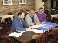 Il Presidente del WWF Abruzzo Luciano Di Tizio e il Portavoce del Forum Acqua Renato Di Nicola firmano l'esposto davanti ai giornalisti