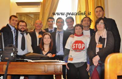 I parlamentari del movimento 5 stelle con la delegazione tarantina.