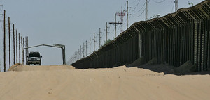 Il calore si alza mentre una guarda di confine si ferma in un punto di osservazione nei pressi del confine fra San Luis in Arizona e San Luis in Messico.