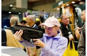 Una bambina impugna un Beretta ARX 160 alla Mostra della NRA - Foto: W. Curtis - GETPICS