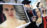 """La femminista tunisina che ha messo in scena una protesta in topless """"teme ora per la sua vita"""""""