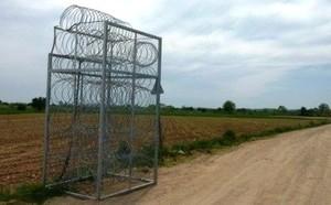 Recinzione in filo spinato - modello del muro che dividerà il confine terreste