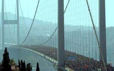 Istanbul, tra Europa ed Asia. Solidarietà degli abitanti che attraversano il ponte sullo stretto dei Dardanelli