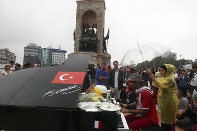 Piazza Taksim 14 giugno 2013 (foto Il Fatto Quotidiano)