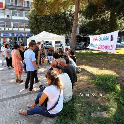 il sit-in in piazza garibaldi