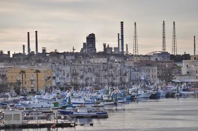 La raffineria ENI vista dalla citta vecchia di Taranto