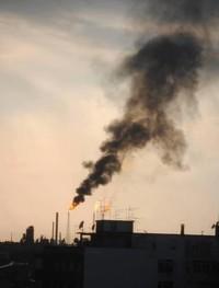 Black out: ennesimo incidente allo stabilimento Eni di Taranto, fumi neri stanno salendo verso il cielo